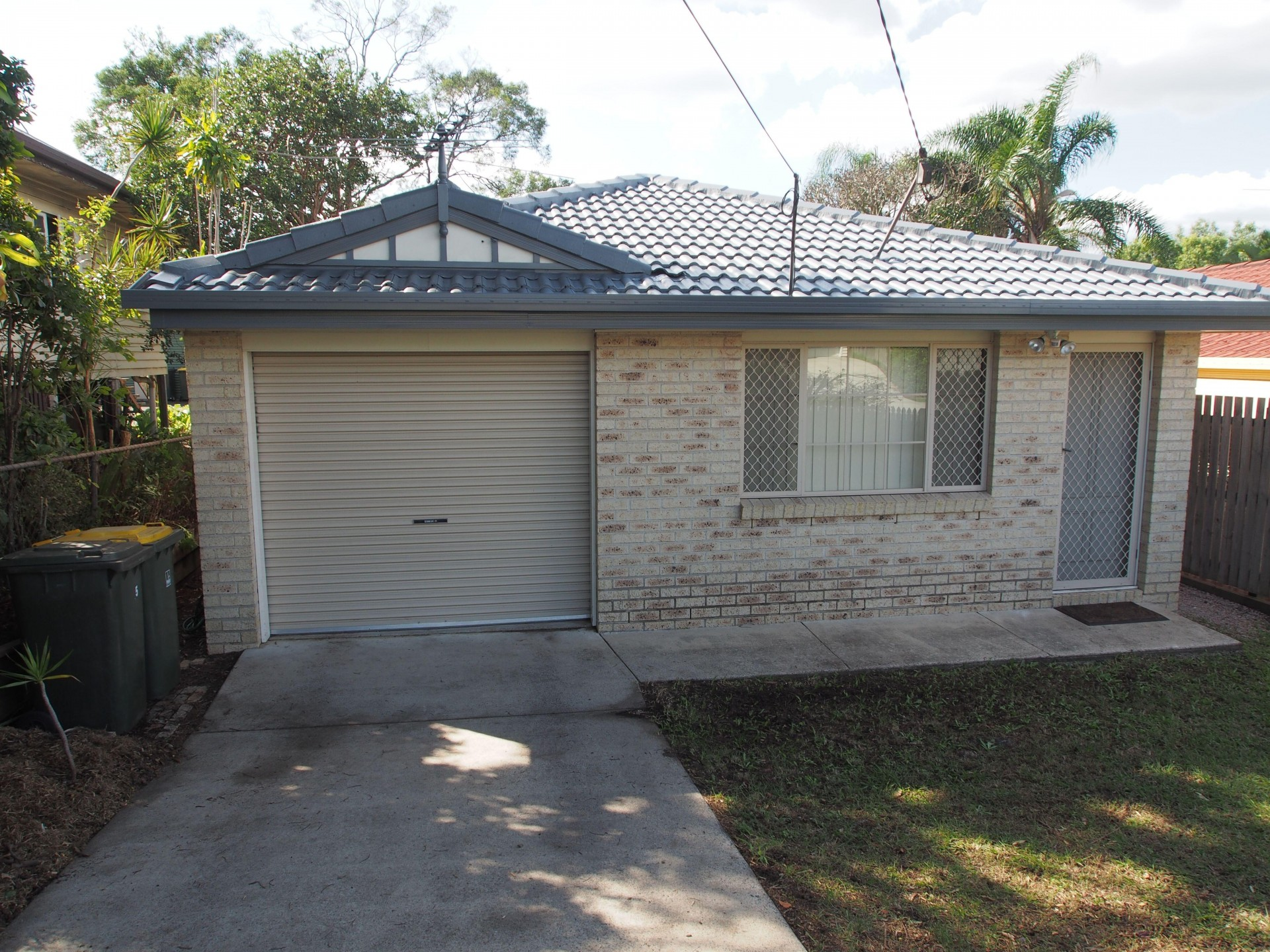 MODERN SINGLE LEVELLED HOME  IN EXCELLENT CONDITION